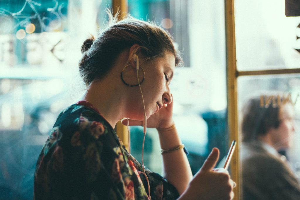 Joven escuchando música con auriculares