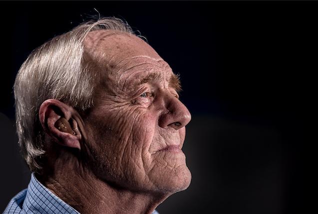 hombre con audífono