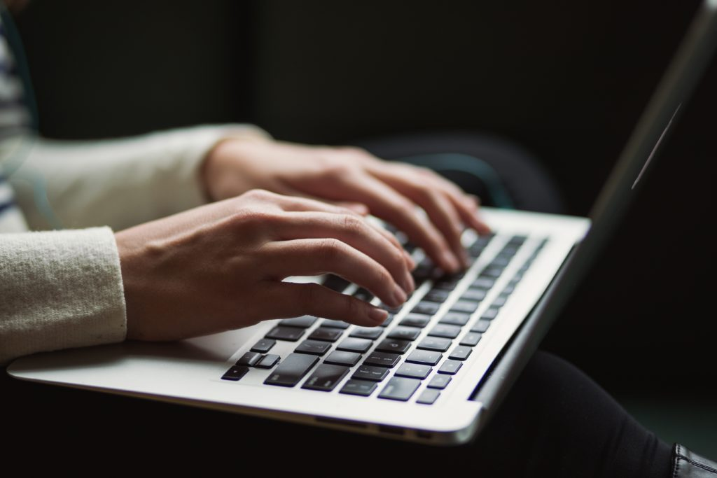 La ciberseguridad como aquellas herramientas y técnicas para gestionar las amenazas que pueden poner en riesgo la información que se almacena de los usuarios o las empresas en distintos dispositivos interconectados.
