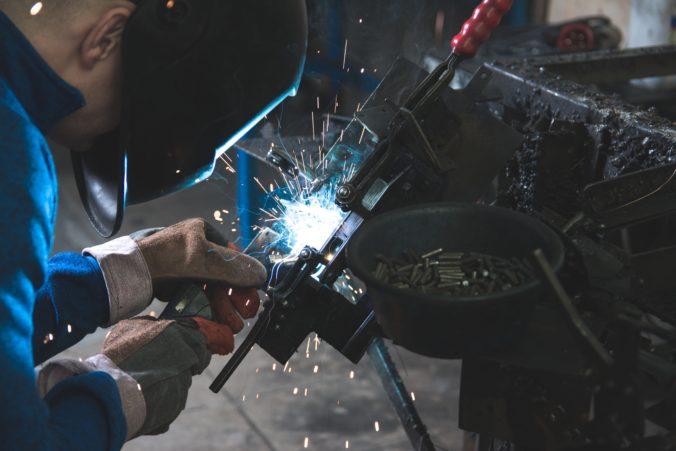 Hombre trabajando como soldador