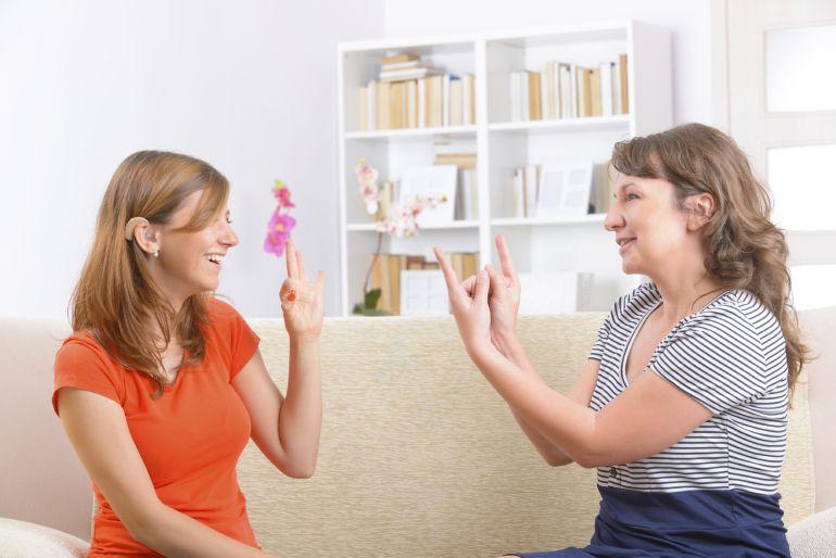 Una persona sorda puede comunicarse mediante Lengua de Signos, además las personas con sordera prelocutiva, pueden conseguir desarrollar el habla con ayuda logopédica.