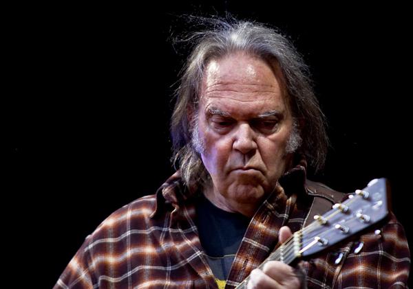 Neil_Young problemas auditivos