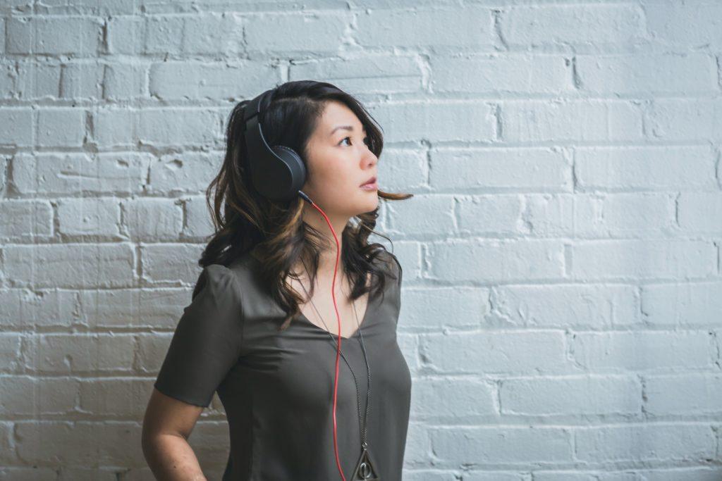 Mujer con auriculares - terapia ruido blanco