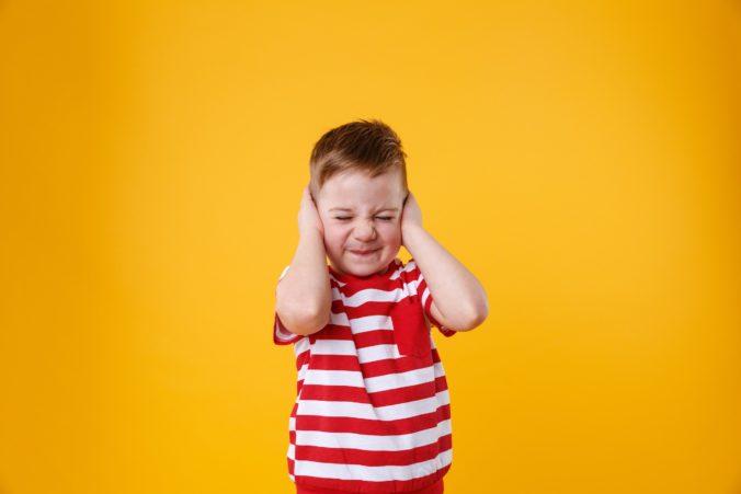 NIño con dolor de oídos